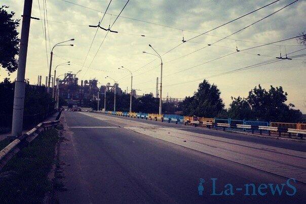В Мариуполе покрасили пост-мост в сине-желтый цвет (ФОТО), фото-5