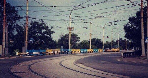 В Мариуполе покрасили пост-мост в сине-желтый цвет (ФОТО), фото-7