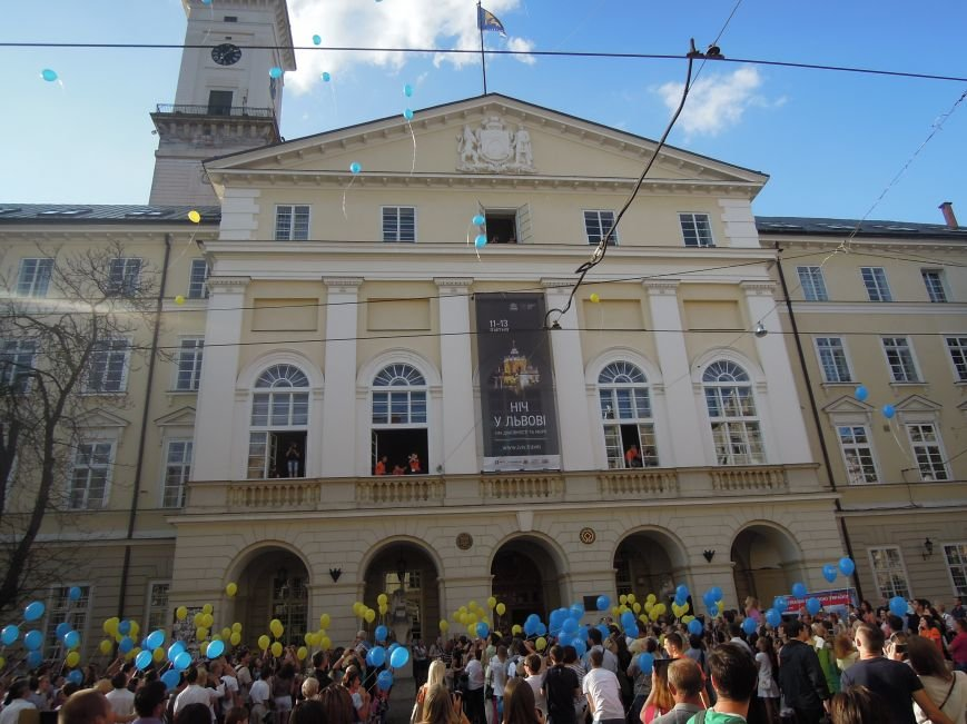 На площі Ринок львів'яни склали слово «мир» та запустили в небо повітряні кульки (ФОТО), фото-1