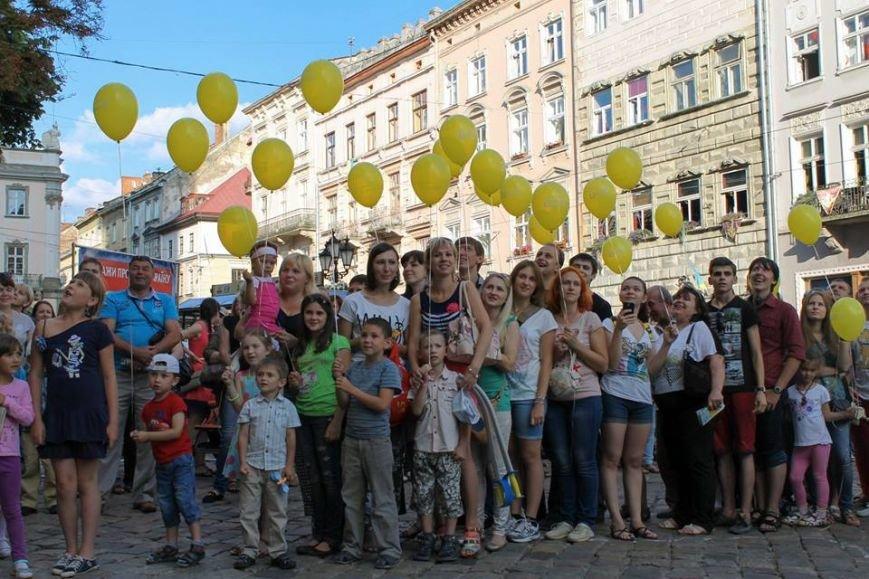 На площі Ринок львів'яни склали слово «мир» та запустили в небо повітряні кульки (ФОТО), фото-6