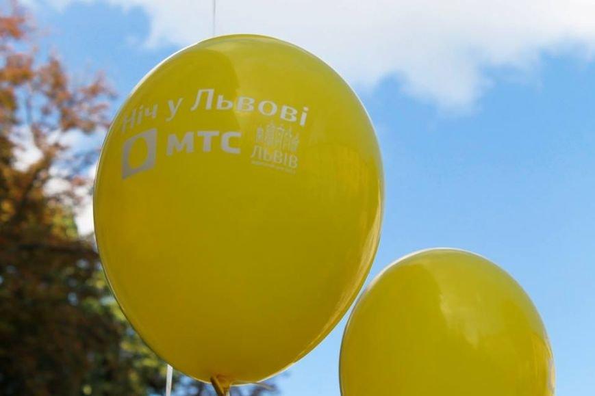 На площі Ринок львів'яни склали слово «мир» та запустили в небо повітряні кульки (ФОТО), фото-5
