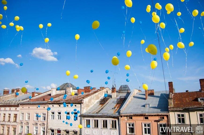 На площі Ринок львів'яни склали слово «мир» та запустили в небо повітряні кульки (ФОТО), фото-7