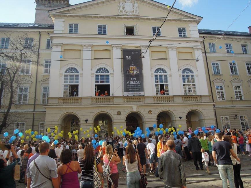 На площі Ринок львів'яни склали слово «мир» та запустили в небо повітряні кульки (ФОТО), фото-2