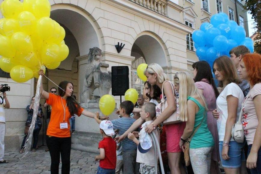 На площі Ринок львів'яни склали слово «мир» та запустили в небо повітряні кульки (ФОТО), фото-8