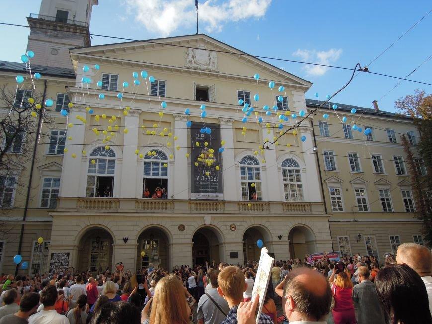 На площі Ринок львів'яни склали слово «мир» та запустили в небо повітряні кульки (ФОТО), фото-3