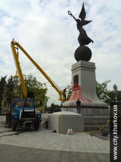 В Харькове вандалы облили краской памятник Независимости Украины, фото-2