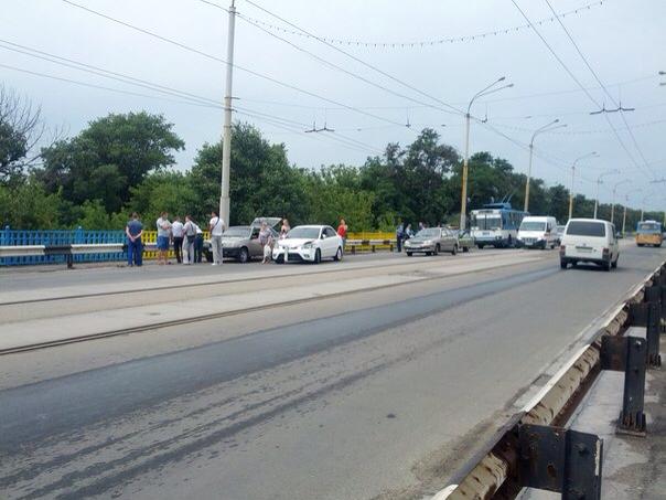 В Мариуполе на пост-мосту не разъехались «Дэу», «Лада» и «КИА» (ФОТО), фото-1