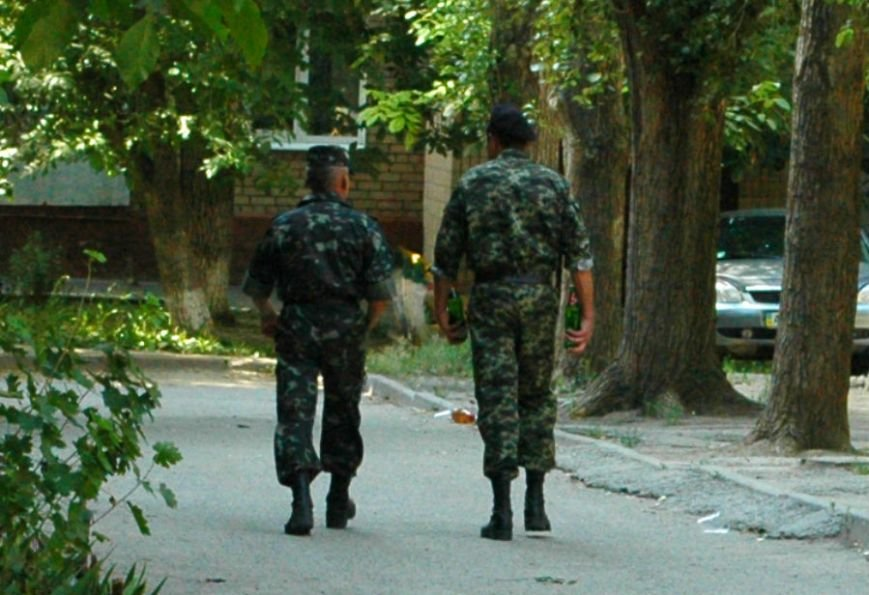ФОТОФАКТ: В Запорожье служащие милицейской части «снимают стресс» алкоголем, фото-2