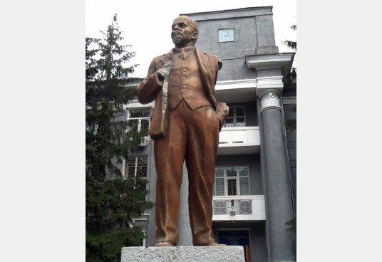 В Харькове оторвали руки у памятника Ленину, фото-1