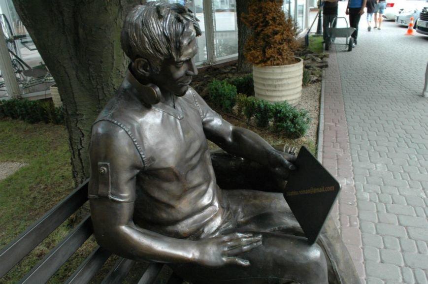 ФОТОФАКТ: В Запорожье появилась скамейка - памятник студенту, фото-2