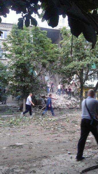 Снежное подверглось мощному авиаудару: разрушено здание городской налоговой, пострадали жилые дома, есть жертвы, фото-7
