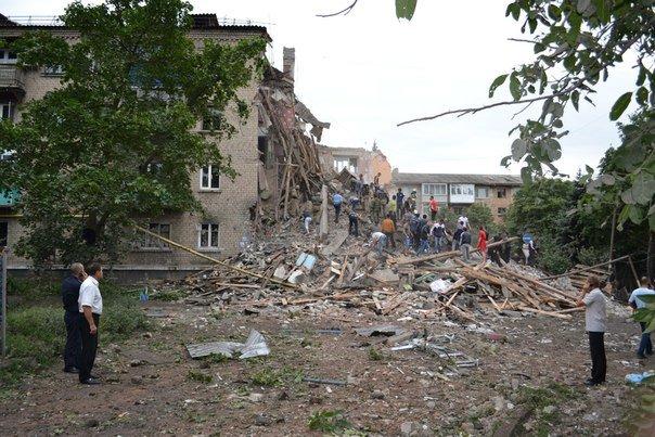 Снежное подверглось мощному авиаудару: разрушено здание городской налоговой, пострадали жилые дома, есть жертвы, фото-1