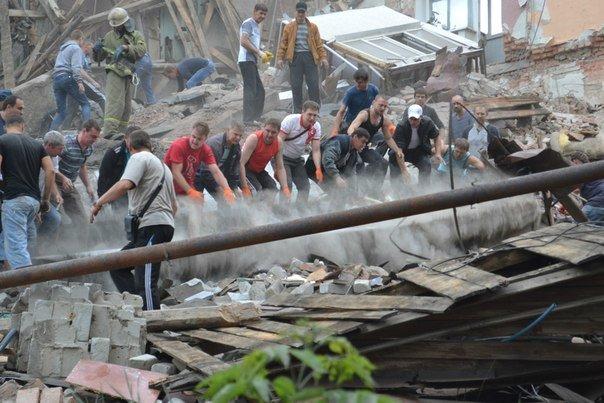 Снежное подверглось мощному авиаудару: разрушено здание городской налоговой, пострадали жилые дома, есть жертвы, фото-5