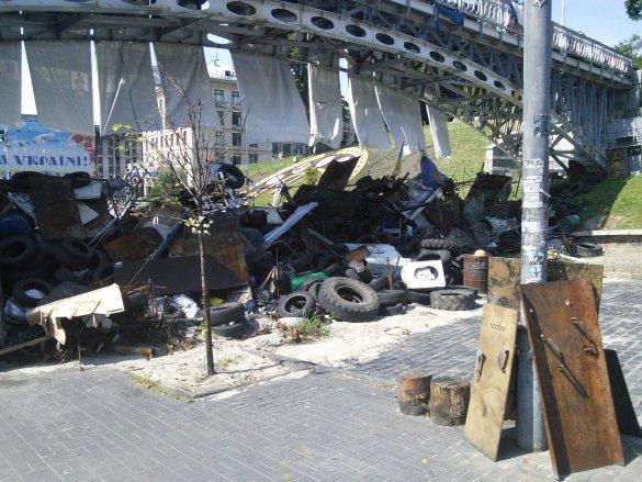 Король: На Майдане разбирали баррикады из-за неприятного запаха (ФОТО), фото-1