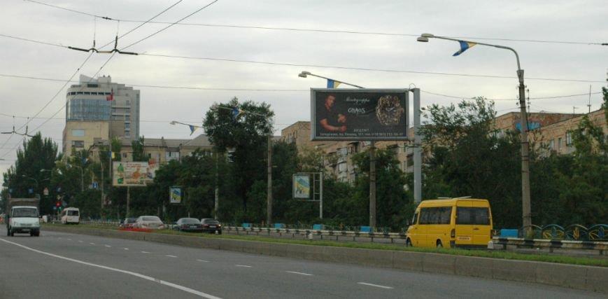 ФОТОФАКТ: В Запорожье дамбу «нарядили» в украинские флаги, фото-1