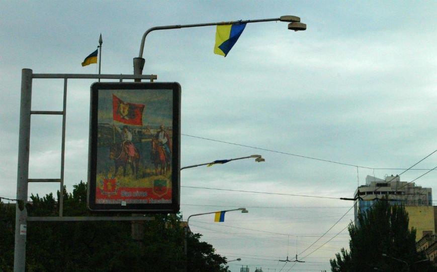 ФОТОФАКТ: В Запорожье дамбу «нарядили» в украинские флаги, фото-6