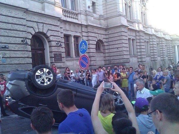 Біля львівської Опери перевернулась іномарка (ФОТО), фото-1