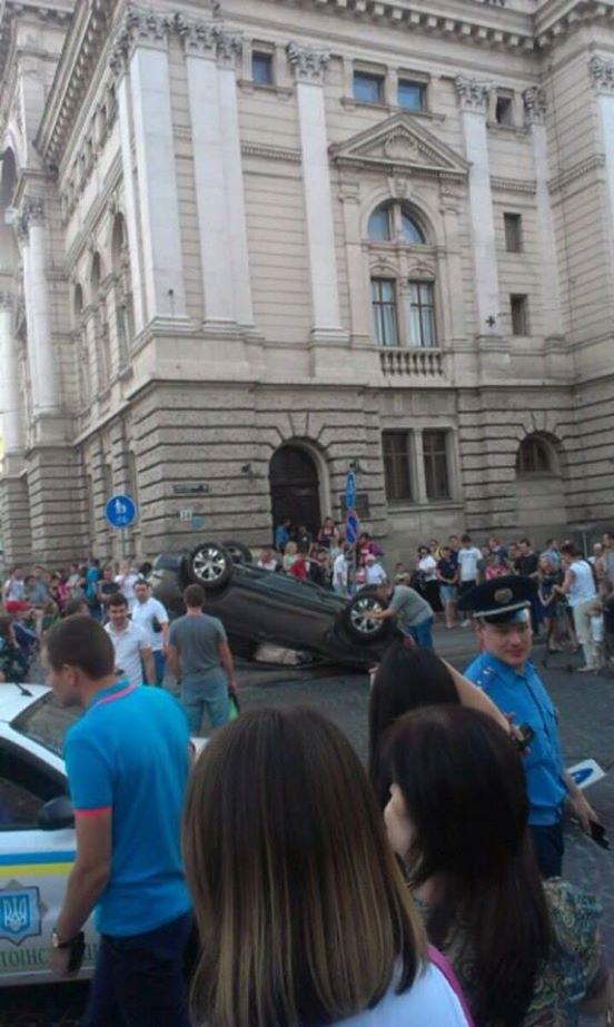 Біля львівської Опери перевернулась іномарка (ФОТО), фото-3