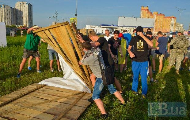 В Киеве активисты облили зеленкой замначальника Дарницкой милиции (ФОТО), фото-3