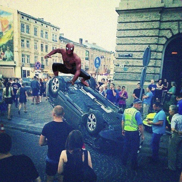 Екстрене повідомлення: «насправді» автівку біля львівської Опери перевернув спайдермен (фотожаба), фото-1