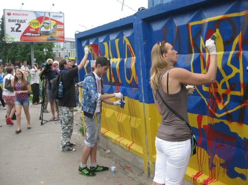 В Чернигове восстановлены патриотические граффити, фото-1