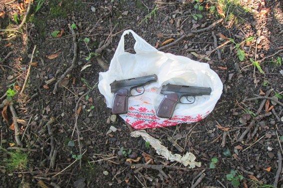 У парку, де грають діти знайшли пістолети, які були викрадені під час «Ночі гніву» (фоторепортаж), фото-3