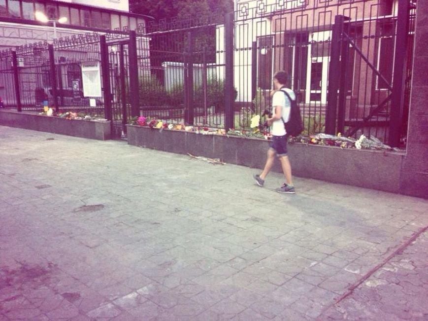 В память о погибших в московском метро киевляне приносили цветы под российское посольство (ФОТО), фото-2