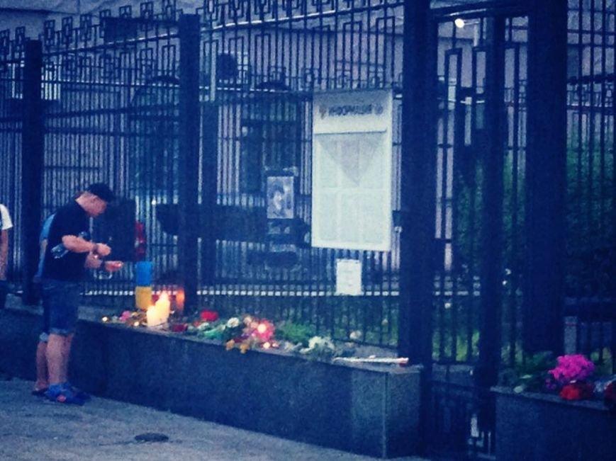 В память о погибших в московском метро киевляне приносили цветы под российское посольство (ФОТО), фото-3