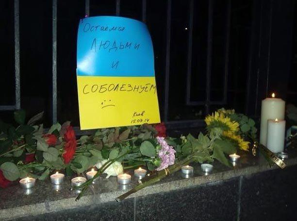В память о погибших в московском метро киевляне приносили цветы под российское посольство (ФОТО), фото-4