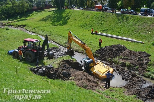Фотофакт: на ул. 17 Сентября во время восстановительных работ экскаватор увяз в грязи (фото) - фото 1