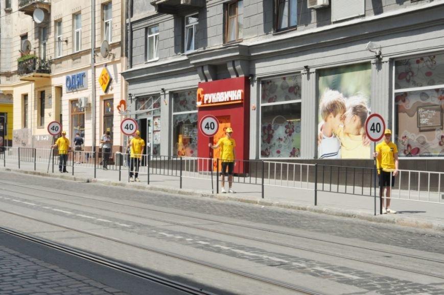 На вулиці Львова вийшли живі дорожні знаки (ФОТО), фото-2