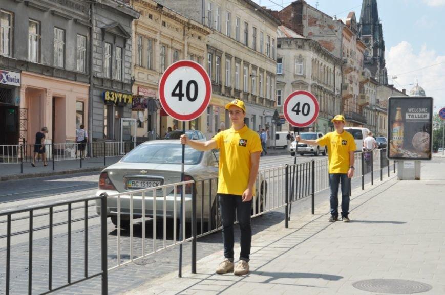 На вулиці Львова вийшли живі дорожні знаки (ФОТО), фото-1