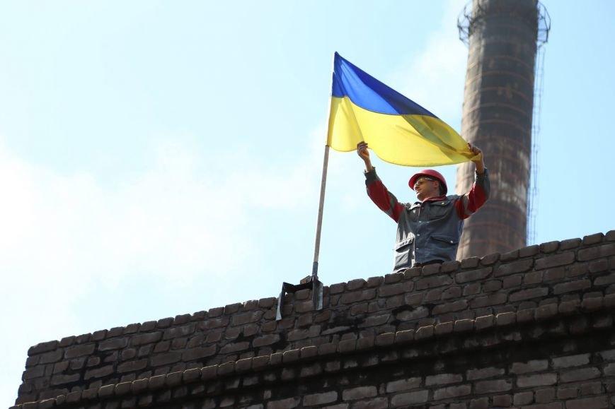 В Мариуполе металлурги подняли над цехами флаги Украины (Фотофакт), фото-3