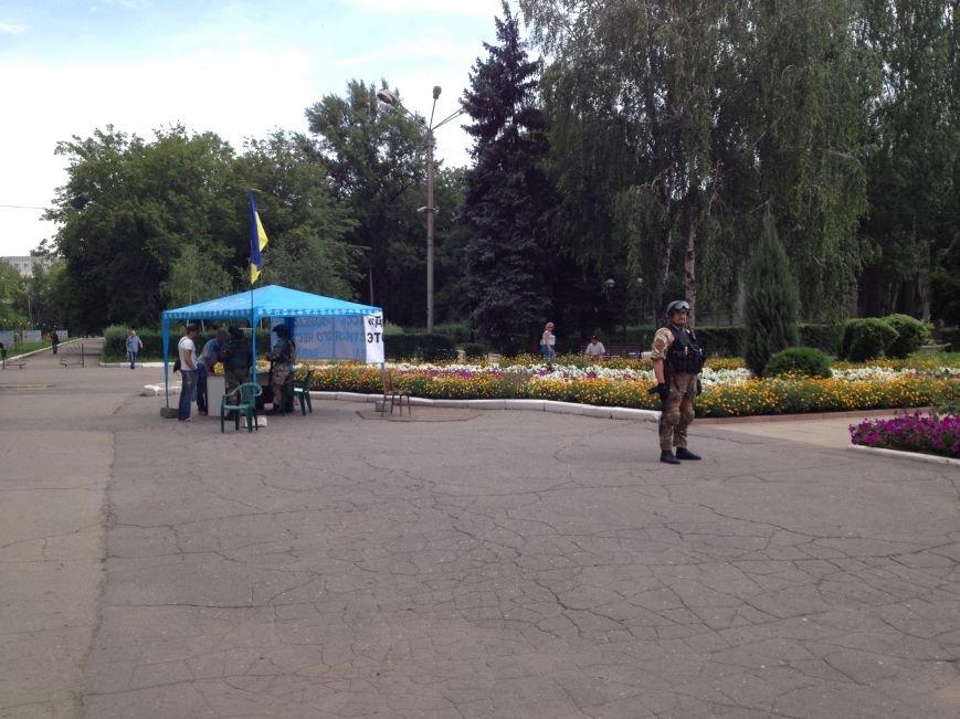 В Красноармейске на площадь им. Шибанкова бойцам батальона «Донбасс» женщины приносят мороженое и воду, фото-1