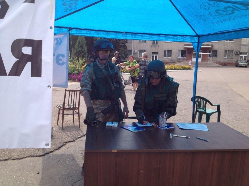 В Красноармейске на площадь им. Шибанкова бойцам батальона «Донбасс» женщины приносят мороженое и воду, фото-2