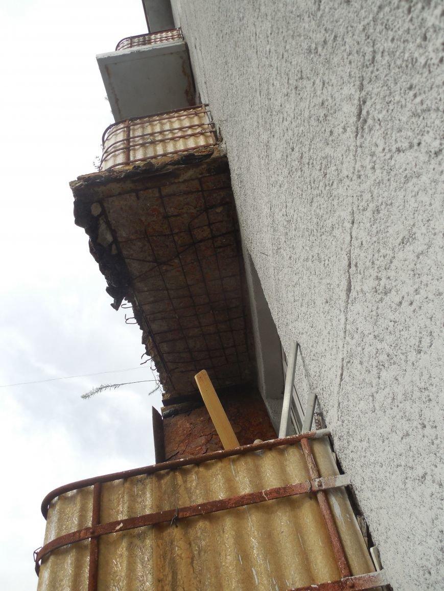 На Архитектора Бекетова часть балконного перекрытия упала прямо к соседям снизу, фото-1