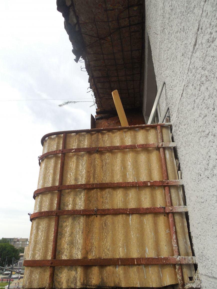 На Архитектора Бекетова часть балконного перекрытия упала прямо к соседям снизу, фото-2