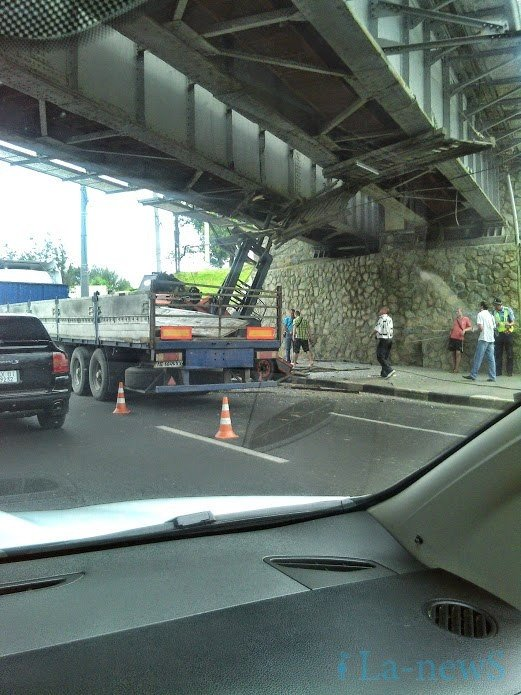 Фура с грузом не прошла по высоте под мостом в Харькове (Фото) (фото) - фото 2