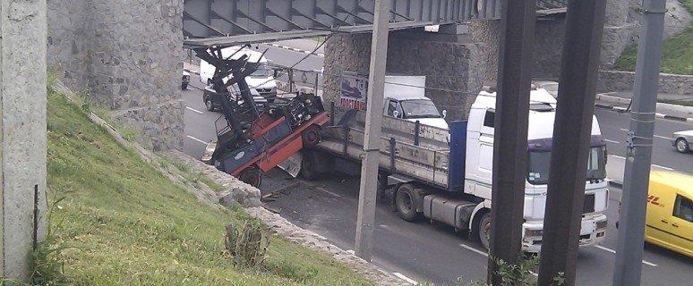 Фура с грузом не прошла по высоте под мостом в Харькове (Фото), фото-1