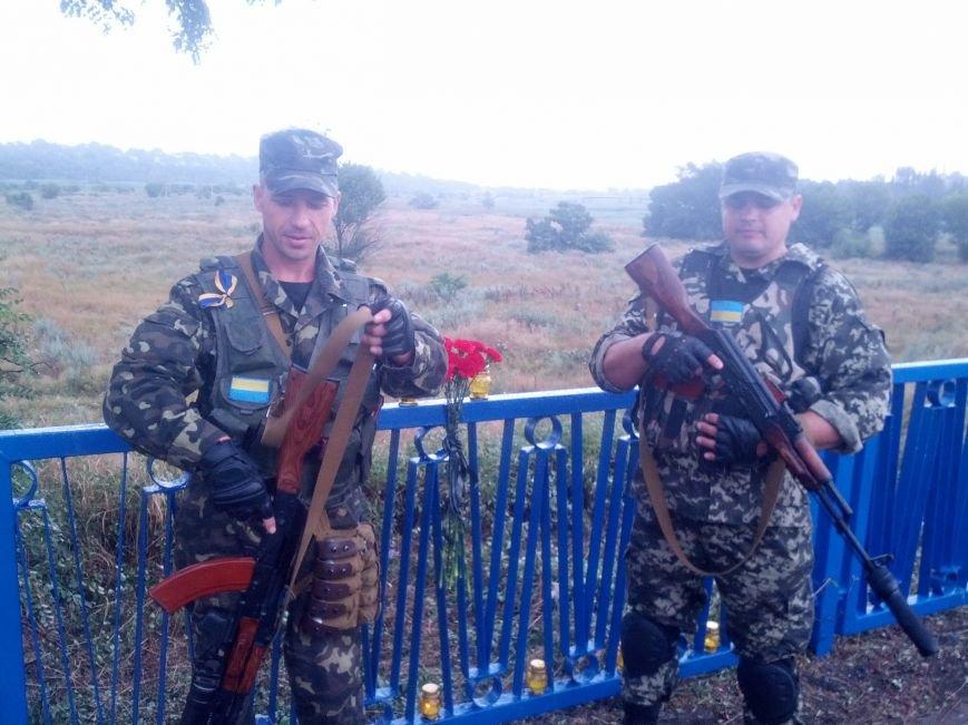 В Мариуполе на пост-мосту обозначили место расстрела украинских пограничников (Фотофакт), фото-5