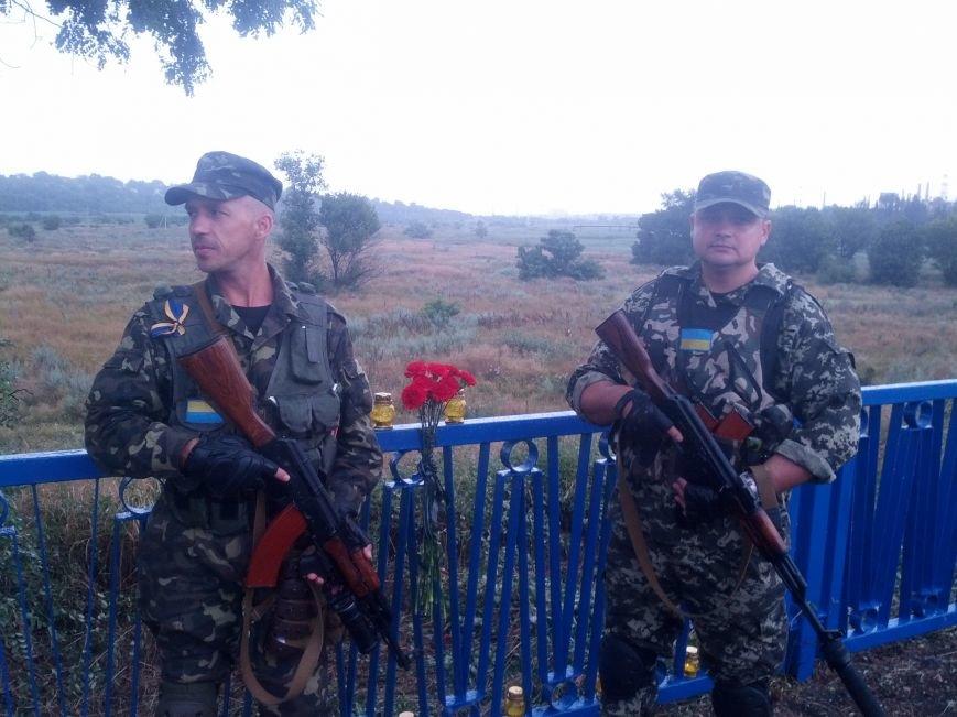В Мариуполе на пост-мосту обозначили место расстрела украинских пограничников (Фотофакт), фото-4