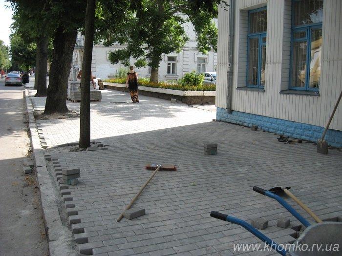 У Рівному на вулиці 16 липня практично завершено викладання бруківки на тротуарі (Фото), фото-2