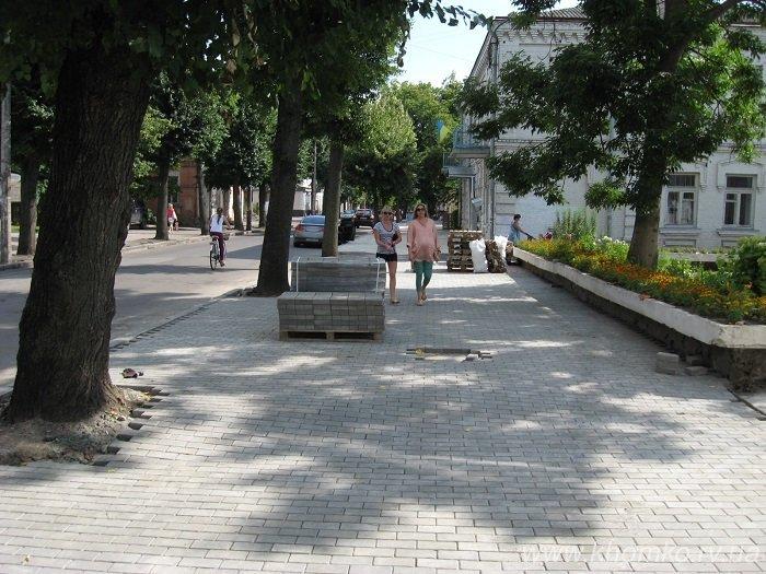 У Рівному на вулиці 16 липня практично завершено викладання бруківки на тротуарі (Фото), фото-3