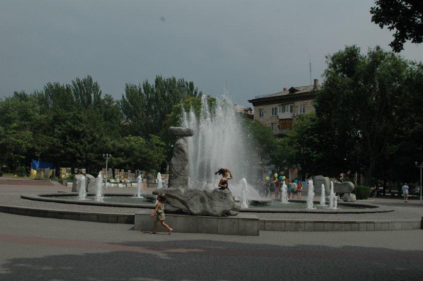 Площадь Маяковского: вернисаж и напоминание о национальной трагедии, фото-1