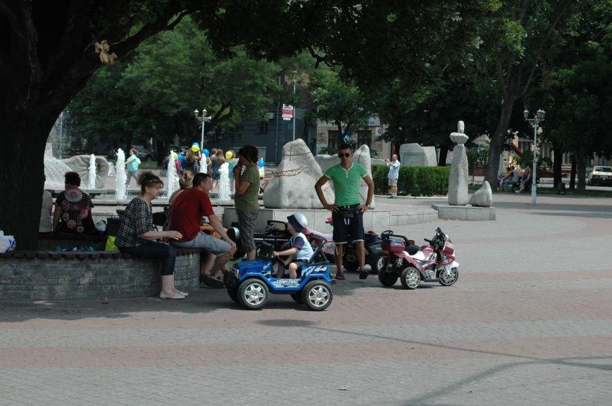 Площадь Маяковского: вернисаж и напоминание о национальной трагедии, фото-2