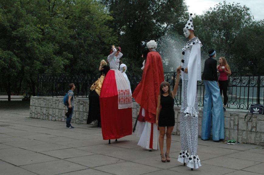 ФОТОРЕПОРТАЖ: В центре Запорожья на ходулях прогуливались мимы, украиночки, моряки и просто леди, фото-3