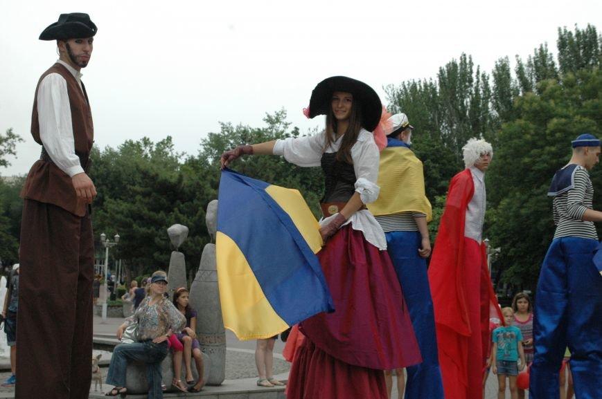 ФОТОРЕПОРТАЖ: В центре Запорожья на ходулях прогуливались мимы, украиночки, моряки и просто леди, фото-1