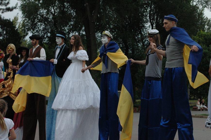 ФОТОРЕПОРТАЖ: В центре Запорожья на ходулях прогуливались мимы, украиночки, моряки и просто леди, фото-5