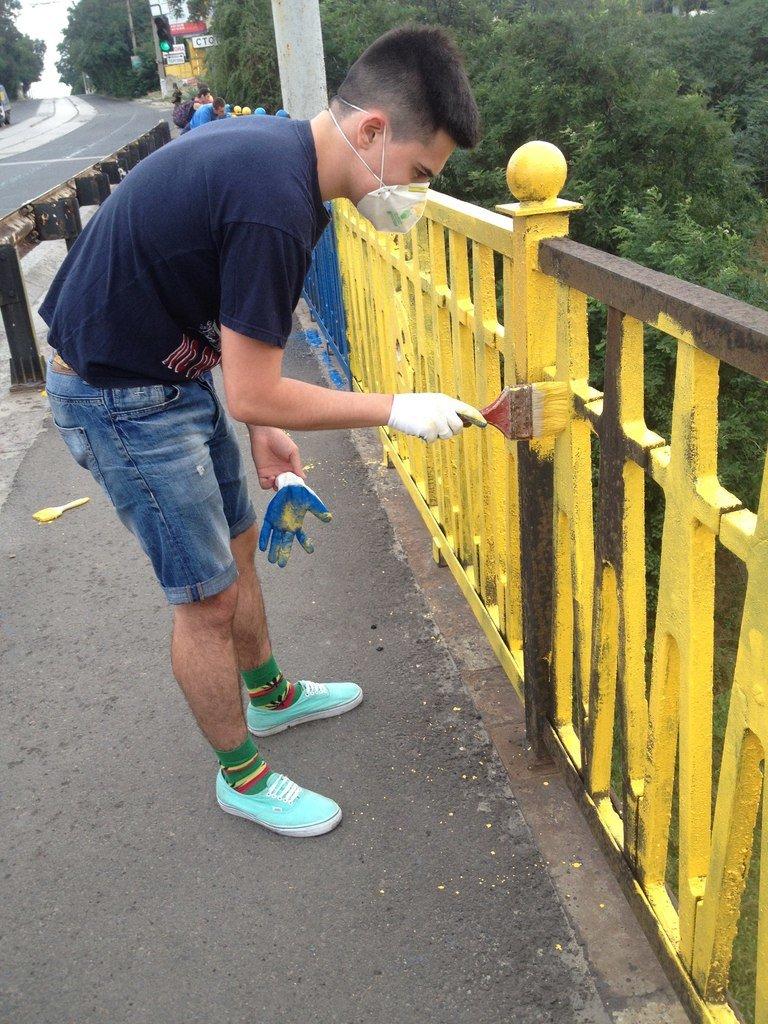 В Мариуполе пост-мост докрасили в сине-желтый цвет (Фотофакт), фото-2