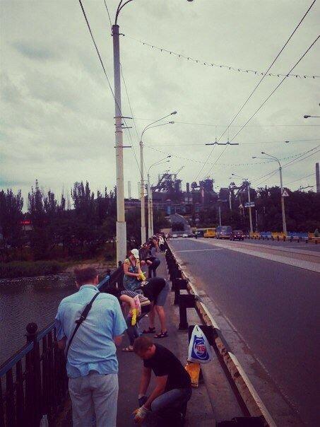 В Мариуполе пост-мост докрасили в сине-желтый цвет (Фотофакт), фото-4